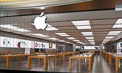 Loja da Apple fechada em Roma, na Itália, por conta da pandemia (Andreas Solaro/ AFP)