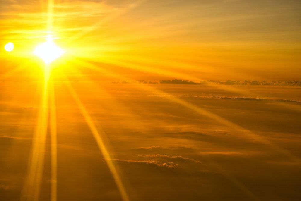 Por que chamar Jesus de luz?  É simples e profunda a resposta. Deus é a luz.