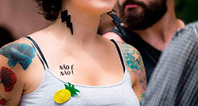 """Tatuagem temporária contra o assédio durante o carnaval em Belo Horizonte trazia a inscrição """"Não é não"""" (Paula Molina e Henrique Fernandes/Divulgação)"""