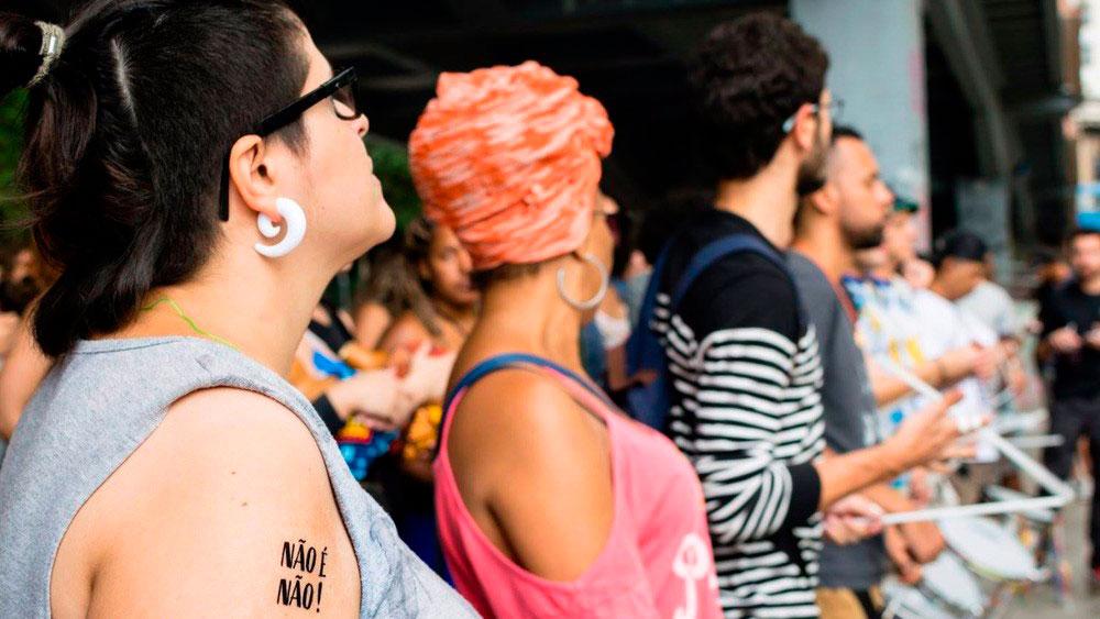 Mulheres usam tatuagem temporária como instrumento contra o assédio em BH
