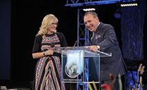 O pastor Rodney Howard-Browne e sua esposa Adonica durante culto em sua igreja (Facebook/ Adonica Howard-Browne)