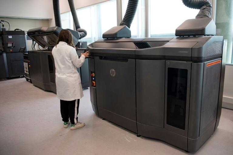Engenheira verifica uma impressora 3D que trabalha em um protótipo de respirador desenvolvido por um consórcio de empresas e entidades espanholas