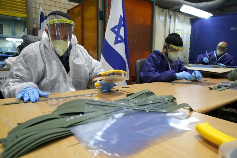 Civis que trabalham para o exército israelense produzem máscaras de proteção na base de Tel Ashomer