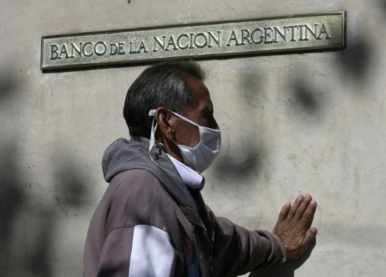 Aposentado faz fila em frente a um banco de Buenos Aires, em 3 de abril de 2020
