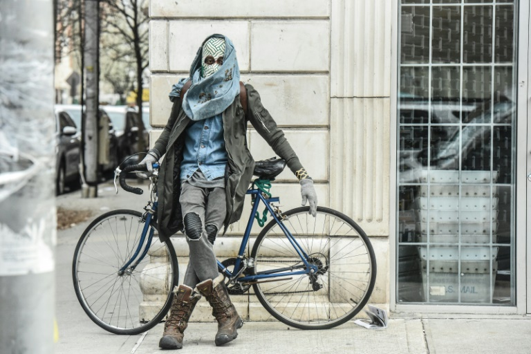 Pessoa improvisa máscara de proteção na região do Brooklyn