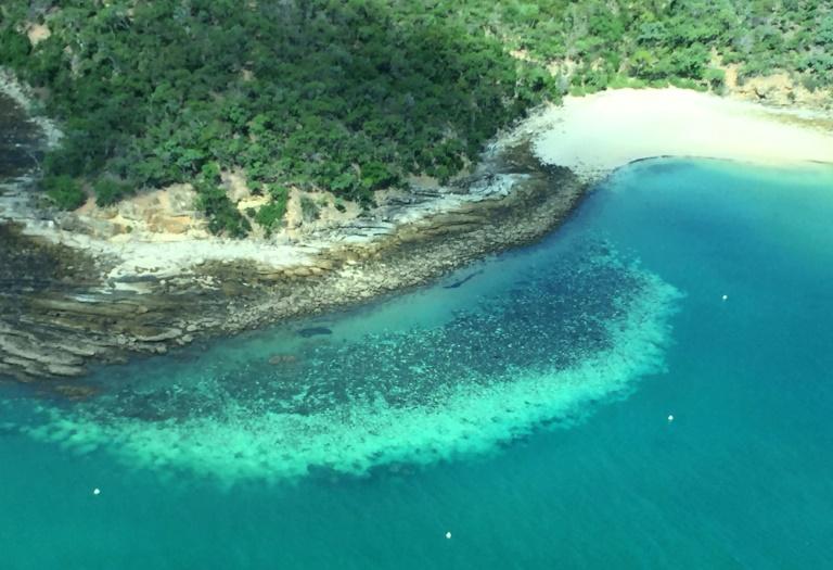 Foto divulgada no dia 6 de abril de 2020, pela Universidade de James Cook, aérea do branqueamento de corais na Grande Barreira da Austrália
