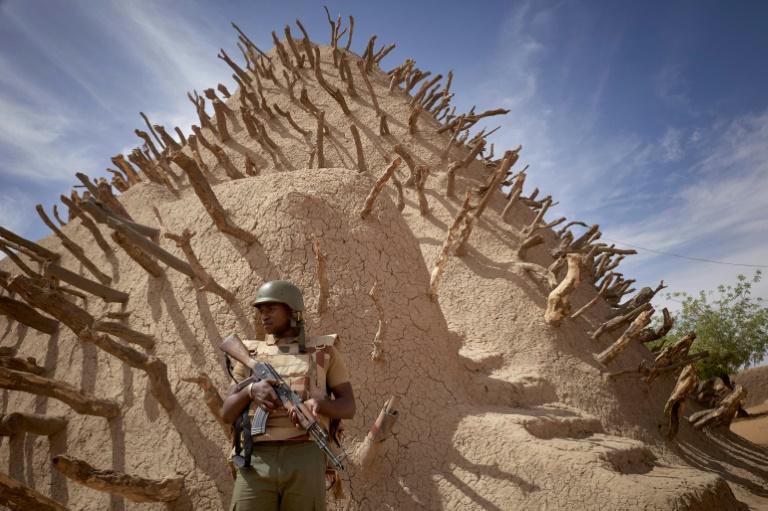 Soldado do Mali patrulha a Tumba de Askia, em Gao, em 10 de março de 2020