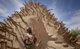 Soldado do Mali patrulha a Tumba de Askia, em Gao, em 10 de março de 2020 (Arquivos/AFP)