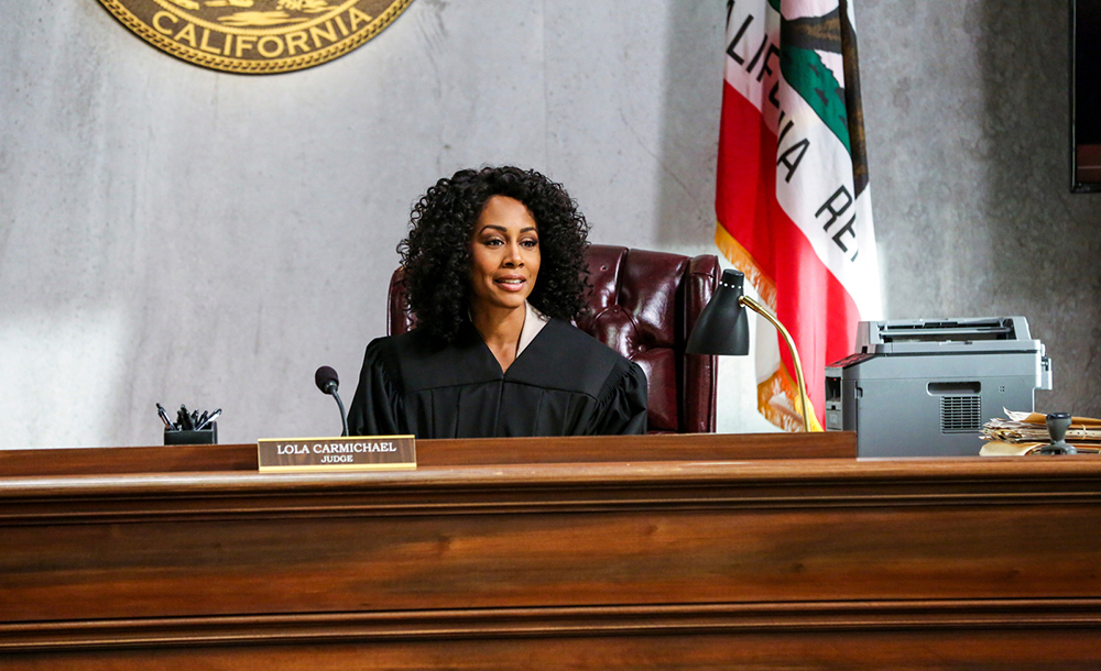 A atriz Simone Missick, que interpreta a juíza Lola Carmichael na série