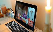 Missa transmitida ao vivo pelo Facebook, presidida por pe. Tom Kovatch, pároco da Igreja de São Carlos Borromeo em Bloomington, Indiana, em 28 de março (CNS/Katie Rutter)