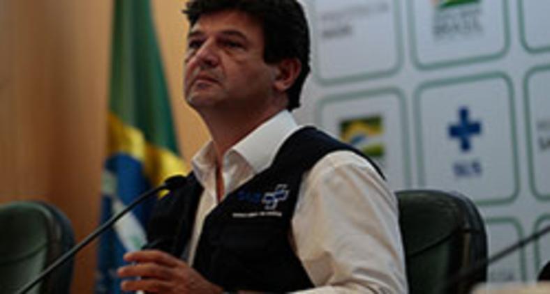 O ministro da Saúde Luiz Henrique Mandetta fala à imprensa em 6 de abril (Marcello Casal Jr/Agência Brasil)