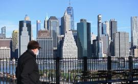 Governador do estado de Nova York reclamou de pessoas que saíram às ruas no final de semana e planeja dobrar multa de quem contrariar diretrizes (Angela Weiss/AFP)