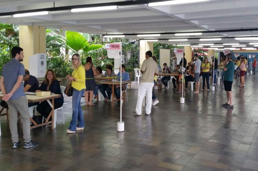 Movimento em zona eleitoral de Recife nas eleições de 2016: cena que deveria voltar a se repetir este ano, pode ser adiada para 2022