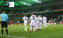 Jogadores do Borussia Monchengladbach comemoram gol contra o Colonia no estádio vazio, em 11 de março (Reuters)