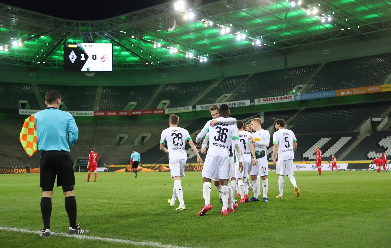 Jogadores do Borussia Monchengladbach comemoram gol contra o Colonia no estádio vazio, em 11 de março