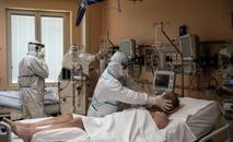 Médicos atendem paciente em uma unidade de terapia intensiva na ala dedicada à Covid-19 no hospital Maria Pia (AFP)