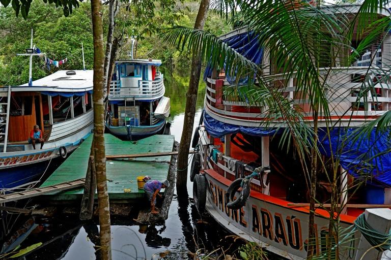 Barcos regionais às margens do rio Juruá na comunidade Bauana, Reserva e Desenvolvimento Sustentável de Uacari, município de Carauari, a 788 km de Manaus, Amazonas, 14 de março de 2020