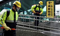 Funcionários espalham desinfetante em estação de trem na cidade de Taoyuan, Taiwan, em 1 de abril de 2020 (AFP)