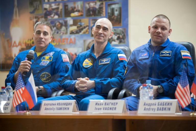 O astronauta americano Chris Cassidy (à esquerda) e os cosmonautas russos Anatoli Ivanichin e Ivan Vagner em 8 de abril de 2020 em uma conferência de imprensa em Baikonur, Cazaquistão