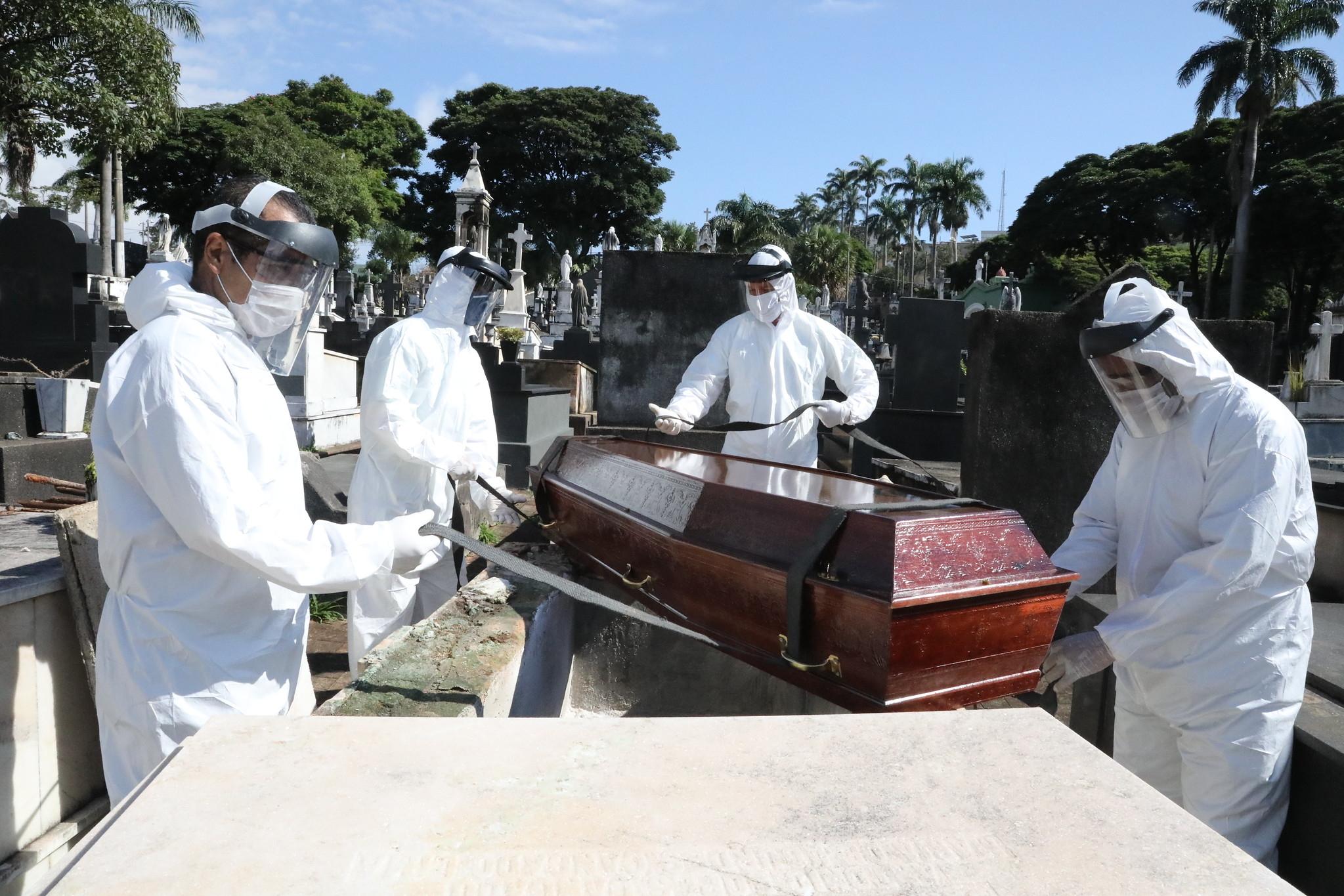 Coveiros enterram vítima de Covid-19 em Belo Horizonte