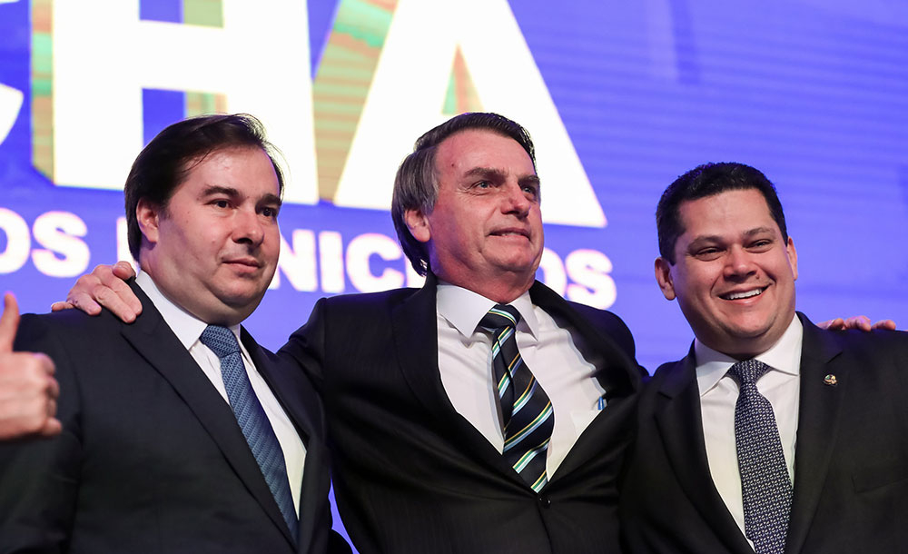 Bolsonaro se aproxima de Alcolumbre e tenta isolar Rodrigo Maia, que entra  em choque com equipe econômica