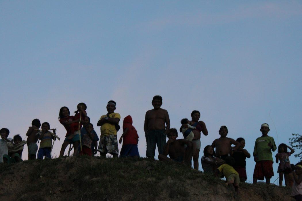 Muitos  indígenas tentam proteger suas tribos por conta própria