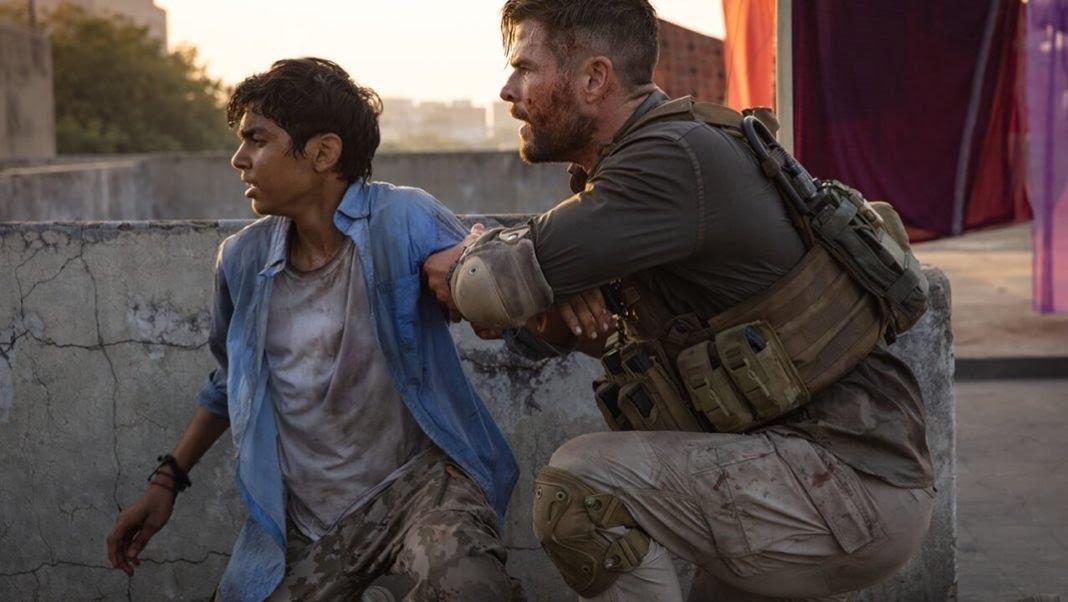 Chris Hemsworth faz o papel de Tyler Rake, Ex-operador do SASR que virou mercenário