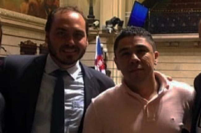 Josinaldo Lucas Freitas, o Djaca, em foto com Carlos Bolsonaro .