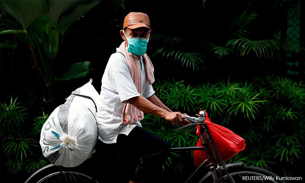 Indonesio protegido por máscara em Jacarta