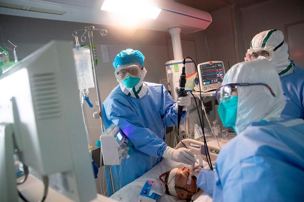 Equipe médica atende paciente com coronavírus em Wuhan
