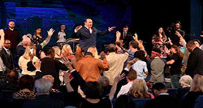Pastor Rodney Howard-Brown foi preso por incentivar centenas a comparecer à sua mega-igreja em Tampa Bay, Flórida, em meio às restrições pelo Covid-19 (River at Tampa Bay Church)