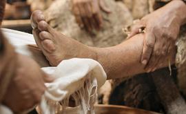 Não cabe ao cristão carregar as pessoas com seu paternalismo. Antes, sua missão é vê-las maduras, entrando por seus próprios pés na presença de Deus e assumindo o compromisso com a vida (Free Bible Images/ Lumo Project)
