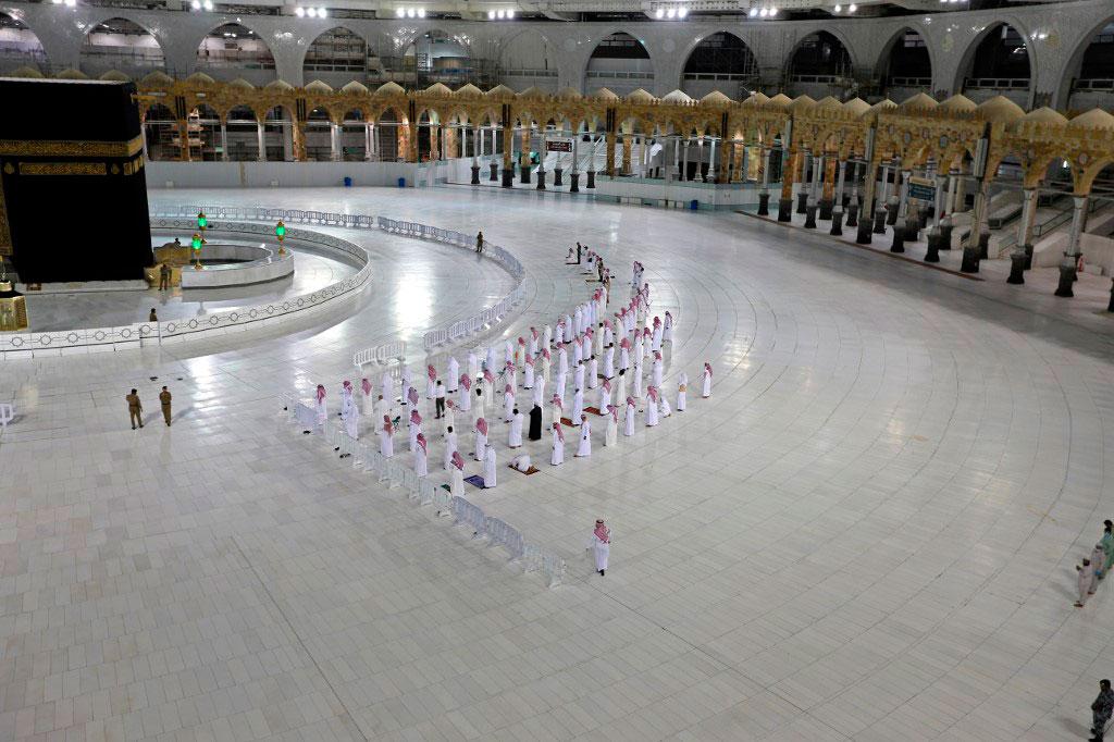 Fieis realizam a oração de Isha, mantendo distância entre eles, próximo à Kaaba, na Grande Mesquita de Meca, o local mais sagrado do Islã em 27 de abril de 2020.