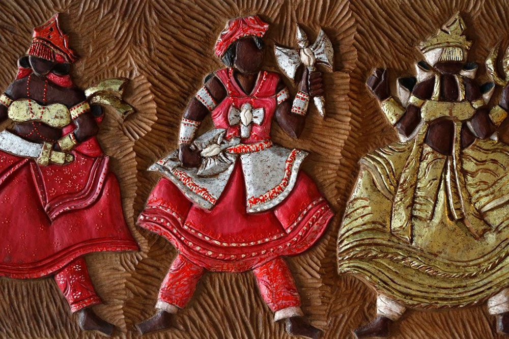 No contexto do candomblé, a reverência diária consiste em entoar jingoloxi (rezas específicas), saudações e até muimbu (cantigas) para cada nkisi / orixá, que podem ser feitas em casa