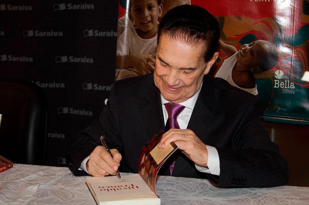 O médium Divaldo Franco em lançamento de sua biografia em 2015