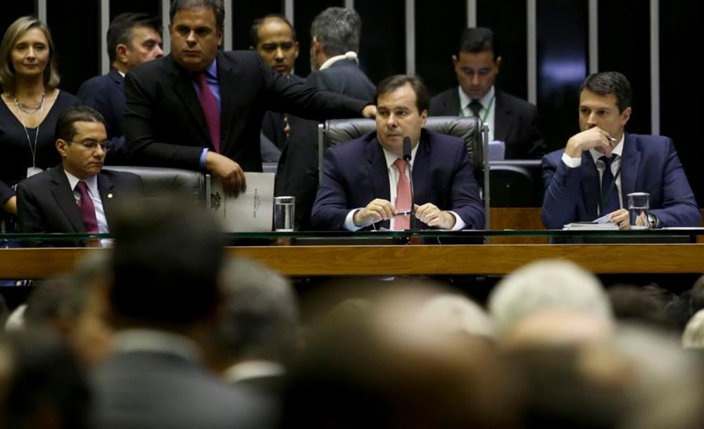 O presidente da Câmara, Rodrigo Maia, tem nas mãos a condução de um eventual processo de impeachment