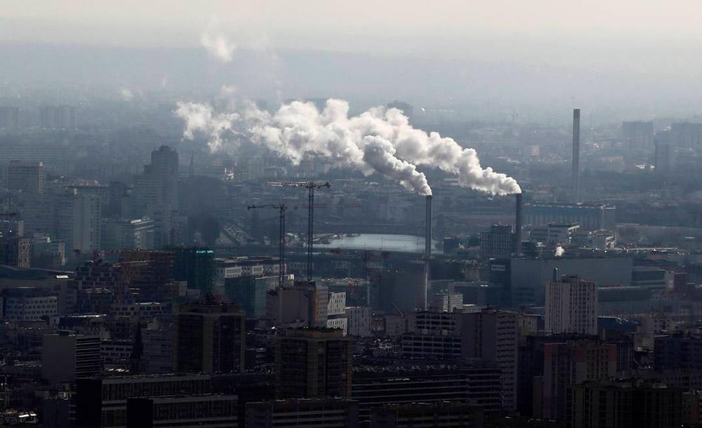 Fábricas em Paris, onde a redução de emissões foi de milhões de toneledas de carbono por causa da pandamia