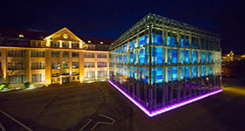 Centro de Arte e Mídia (ZKM), em Karlsruhe, Alemanha, congrega o Museu de Arte Nova, o Museu da Mídia, o Instituto de Mídias de Imagem, o Instituto de Música e Acústica e o Instituto de Mídia, Educação e Economia (KTG Karlsruhe Tourismus GmbH, Foto Mende)