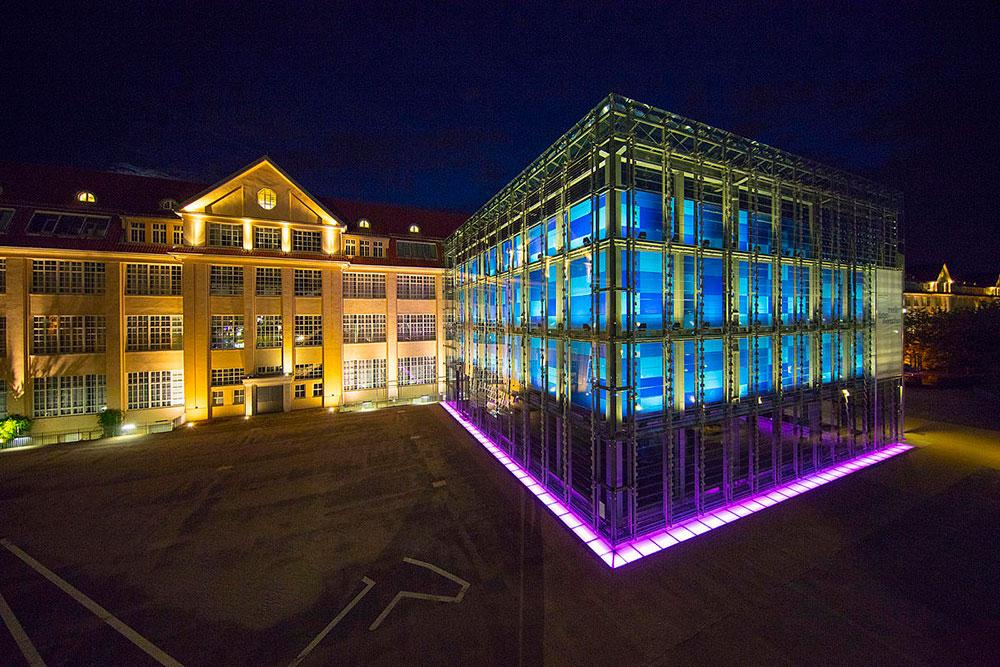 Centro de Arte e Mídia (ZKM), em Karlsruhe, Alemanha, congrega o Museu de Arte Nova, o Museu da Mídia, o Instituto de Mídias de Imagem, o Instituto de Música e Acústica e o Instituto de Mídia, Educação e Economia