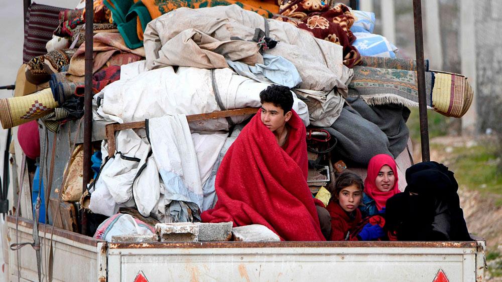 Pessoas fugindo do avanço das forças do governo sírio, que são apoiadas por ataques aéreos russos, na província de Aleppo, no norte do país, em fevereiro de 2020