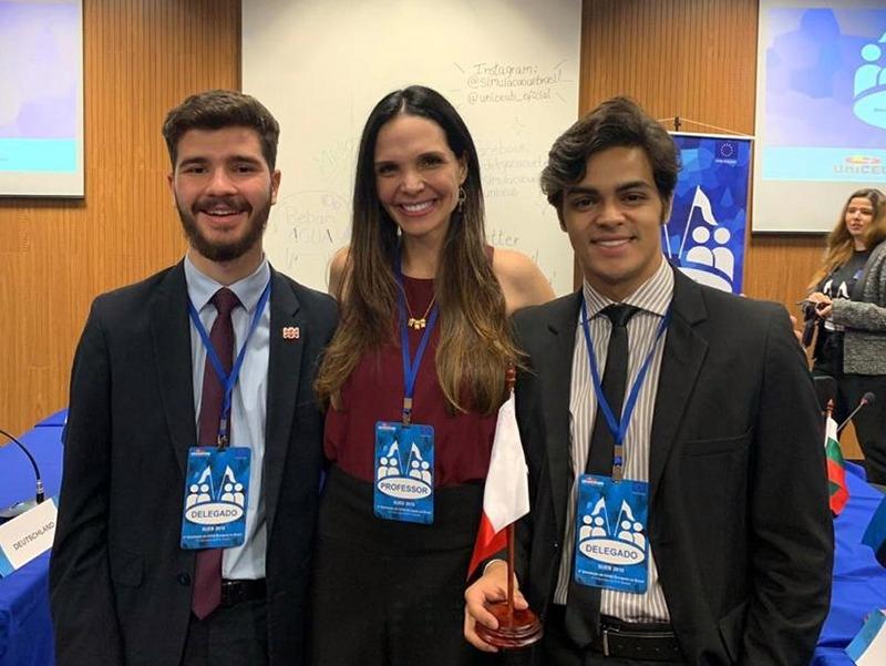 Bernardo Leal, professora Lorena Bastianetto e Augusto Lima durante Simulação da União Europeia, em 2019. A equipe representou a Dom Helder no The Hague Debate 2020.