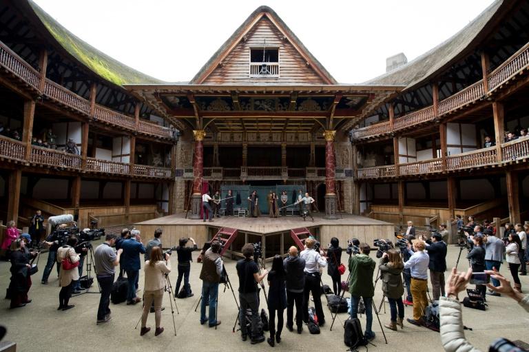 Nesta foto de 23 de abril de 2014, elenco de  'Hamlet', de William Shakerspeare,  se apresentam durante sessão de fotos no teatro Globe de Londres