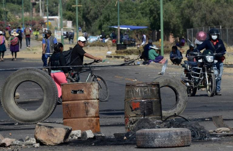 Simpatizantes do Movimento ao Socialismo (MAS), do ex-presidente Evo Morales, bloqueiam acesso a um depósito de lixo em Cochabamba, sul da Bolívia em protesto pedindo a renúncia da presidente interina, Jeanine Áñez, e seu gabinete