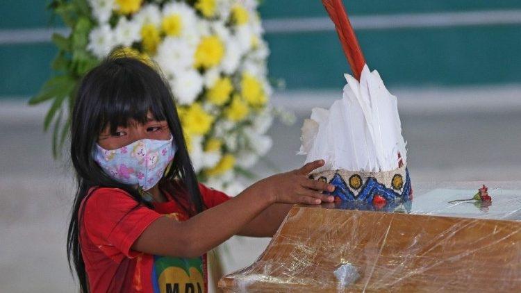 Menina indígena no velório do cacique Messisas, da tribo Kokama