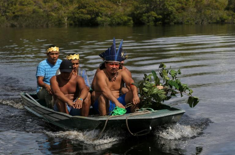O líder indígena sateré mawé Andre Satere e outros membros do grupo retornam à comunidade de Wakiru, em Taruma, área rural a oeste de Manaus, em 17 de maio de 2020