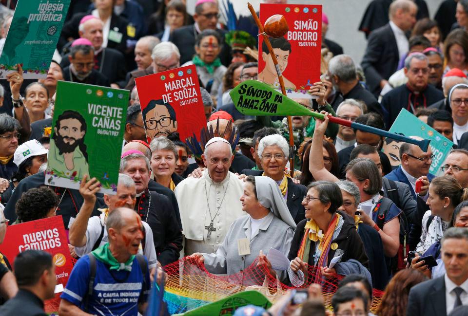 Papa Francisco caminha em uma procissão no início do Sínodo dos Bispos para a Amazônia no Vaticano em outubro de 2019