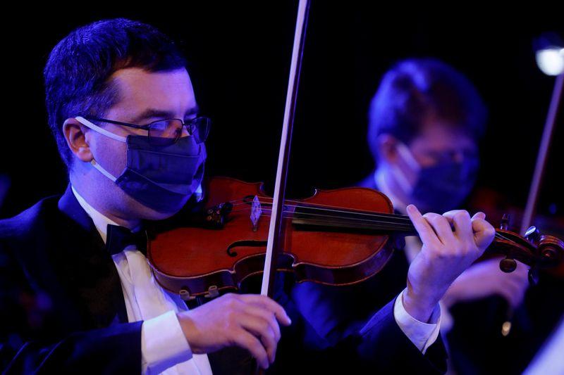 Mascarada, orquestra ucraniana faz gravação de concertos após isolamento