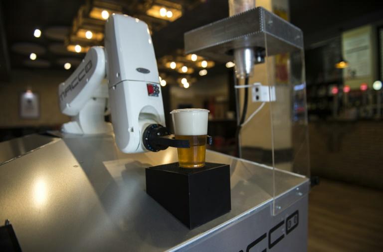 Robô serve cerveja no bar 'La Gitana Loca' em Sevilha