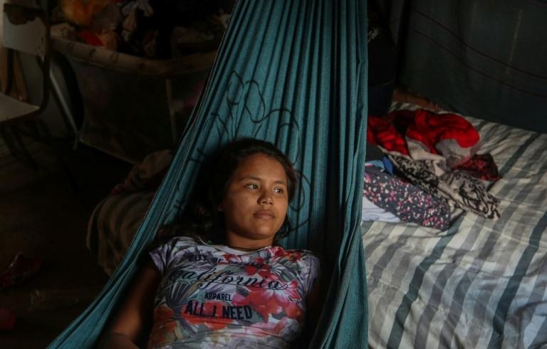 Deniane Tavares Batista, de 16 anos, descansa em rede após ser tratada com ervas medicinais após sintomas da Covid-19, na comunidade Wakiru