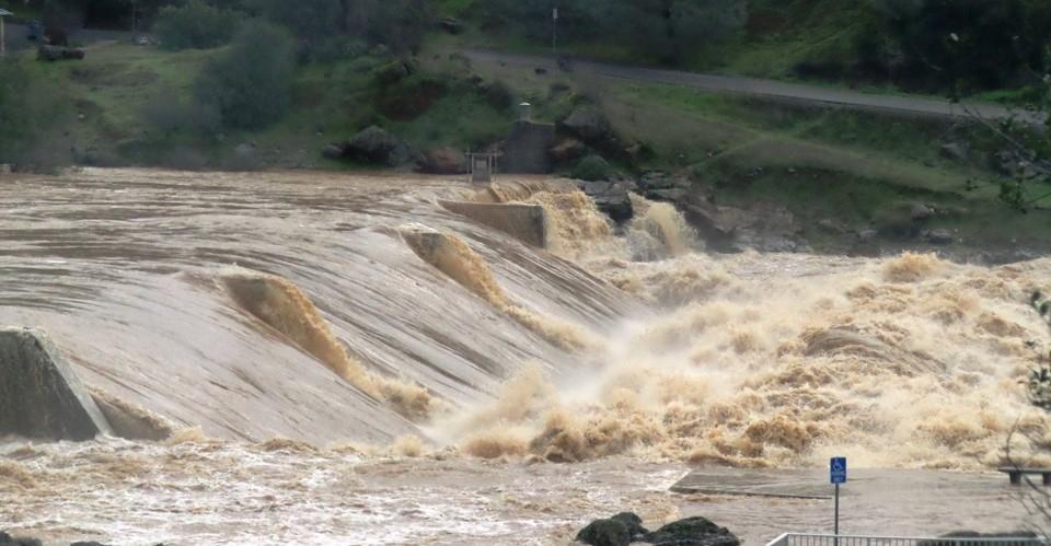 O Serviço Meteorológico Nacional alertou sobre inundações repentinas que ameaçam a vida e pediu aos moradores da região que buscassem terrenos mais altos imediatamente